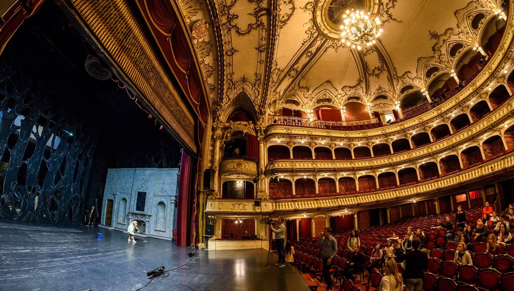 On the day of it's 100th celebration, our opera house has open its doors widely and revealed the curtain!